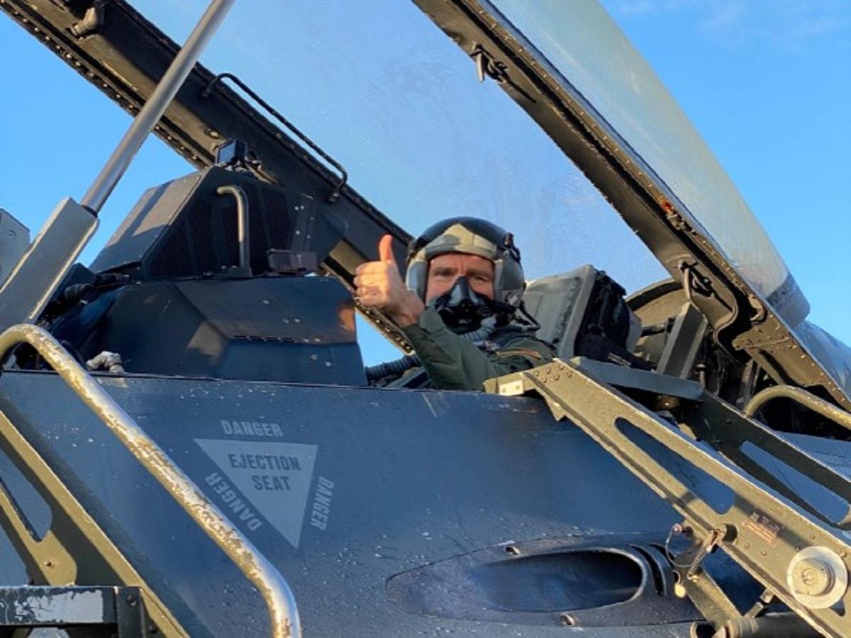«Άφρισε» η Milliyet: Σκανδαλώδης η πόζα Πάιατ σε πιλοτήριο F-16 στην άσκηση «Ηνίοχος 21» [pics]