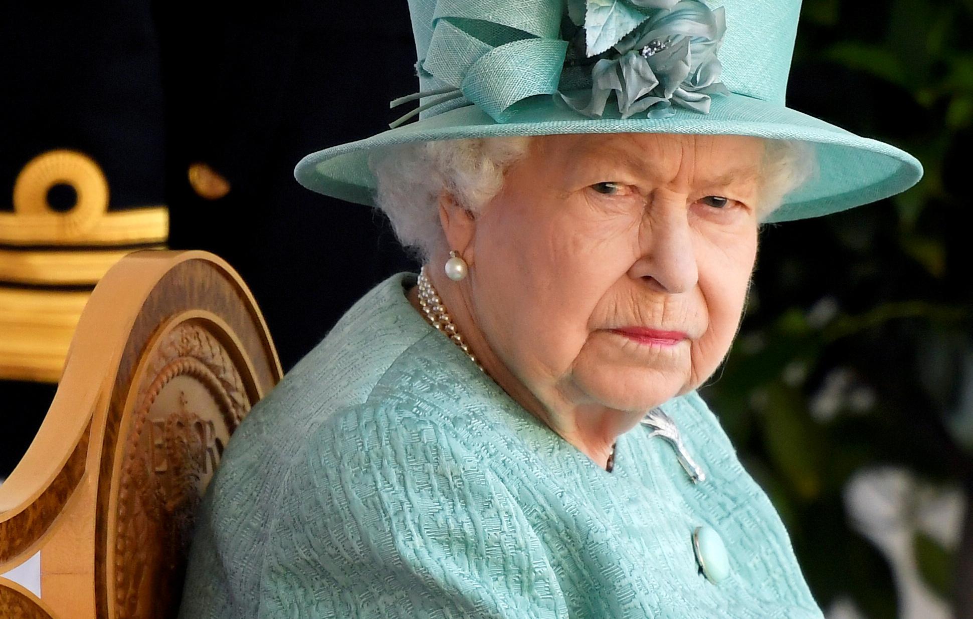 Βρετανία: Η βασίλισσα Ελισάβετ εκφράζει τη συμπάθεια της προς τον  υπουργό Υγείας – «Τον φουκαρά»