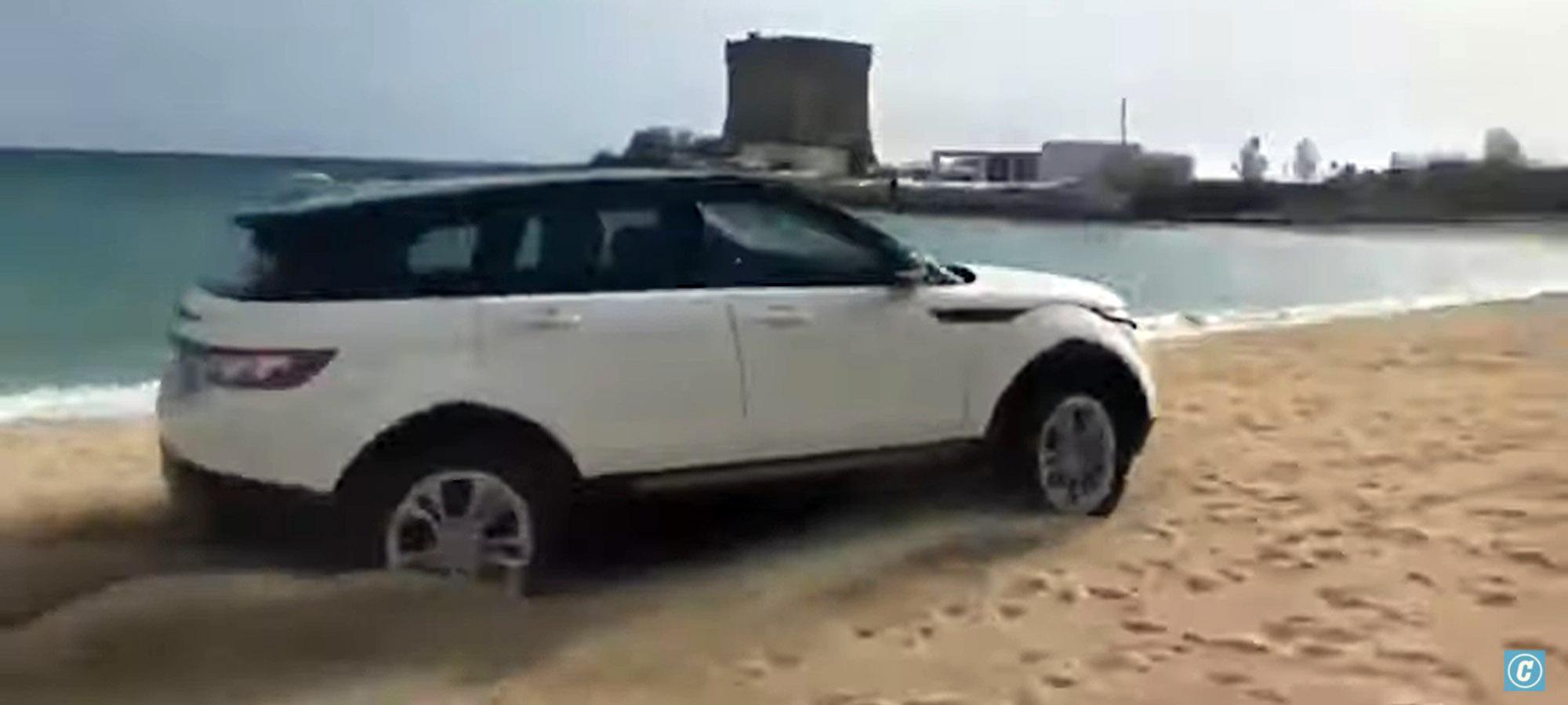 Παρέα πλήρωσε πολύ ακριβά τα «παιχνίδια» στην άμμο με ένα Range Rover Evoque, εν μέσω καραντίνας! (video)