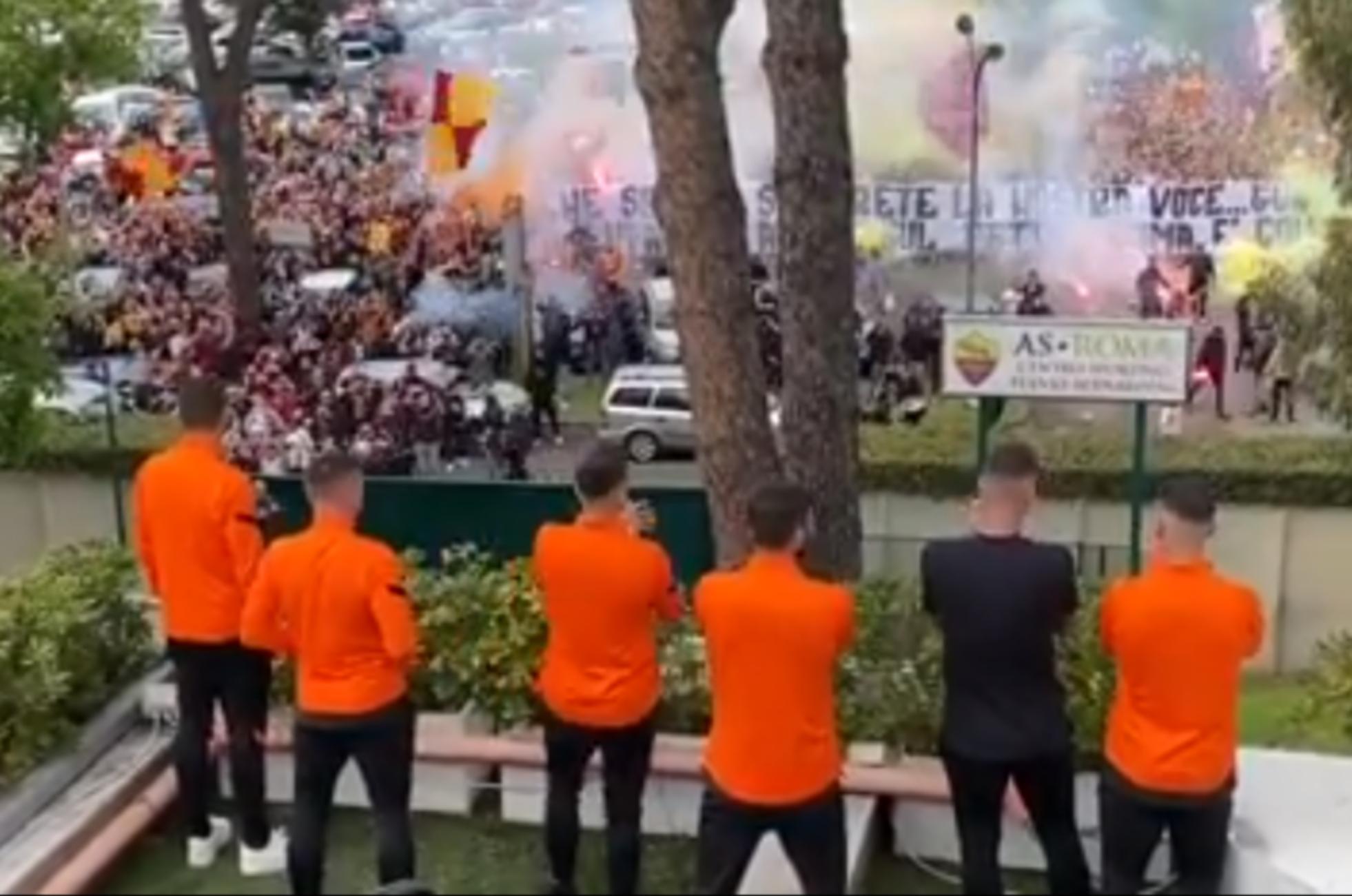 Χιλιάδες οπαδοί της Ρόμα «ντόπαραν» τους παίκτες πριν τη Γιουνάιτεντ