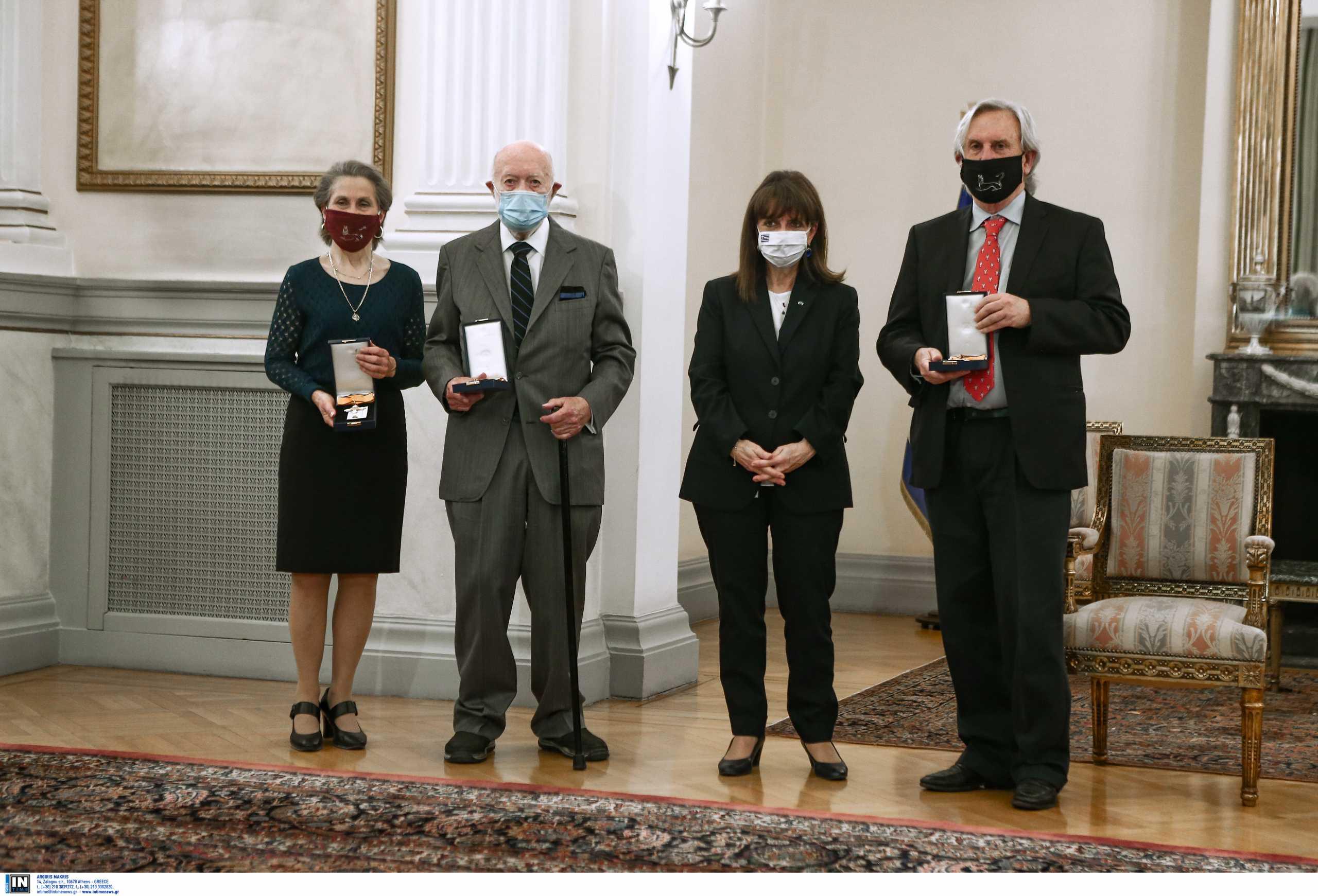 Η Κατερίνα Σακελλαροπούλου παρασημοφόρησε τρεις διακεκριμένους Αμερικανούς αρχαιολόγους (pics)