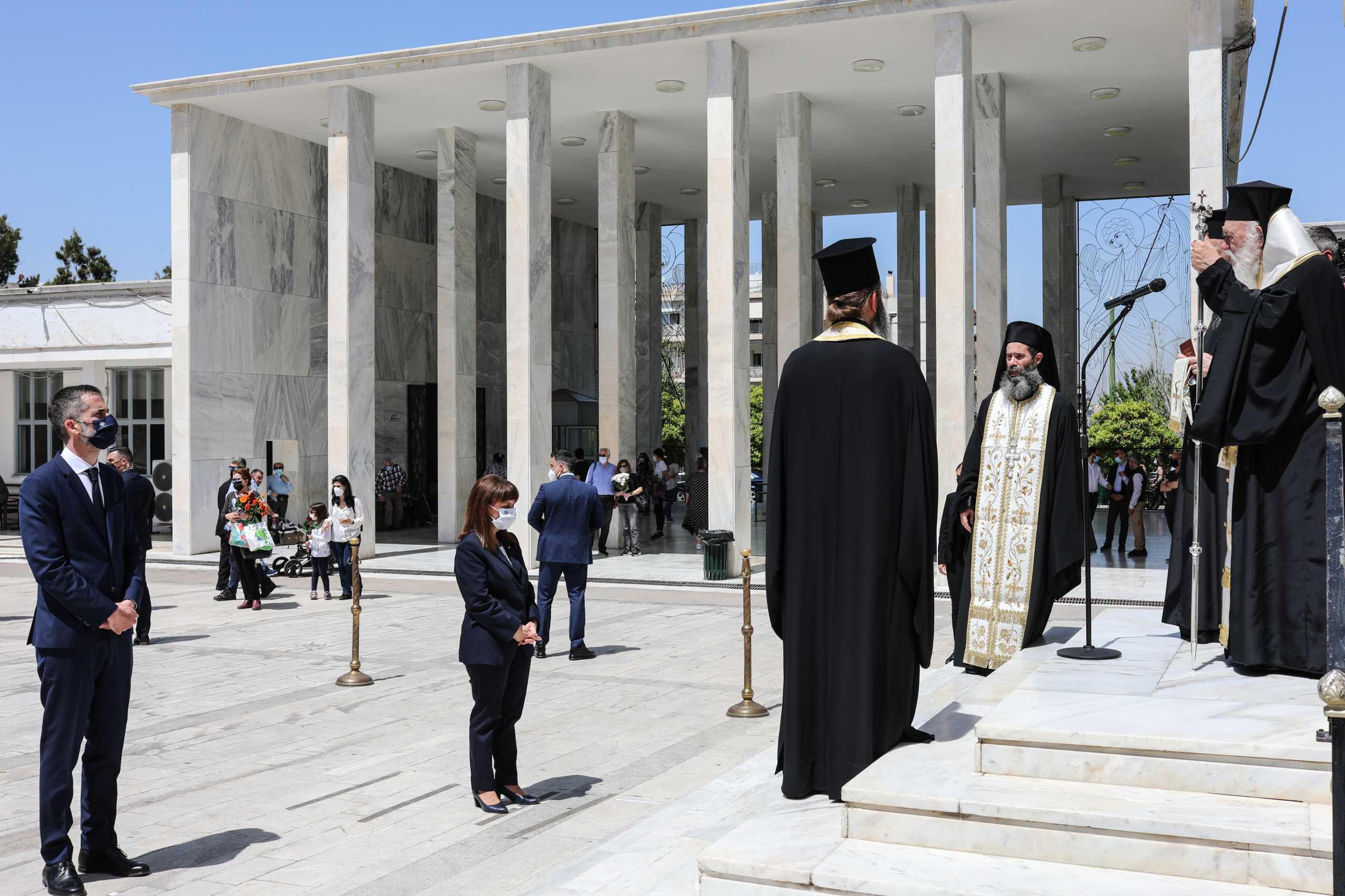 Επιμνημόσυνη δέηση για τα θύματα του κορονοϊού – Στο Α' Νεκροταφείο Αθηνών η Κατερίνα Σακελλαροπούλου (pics)