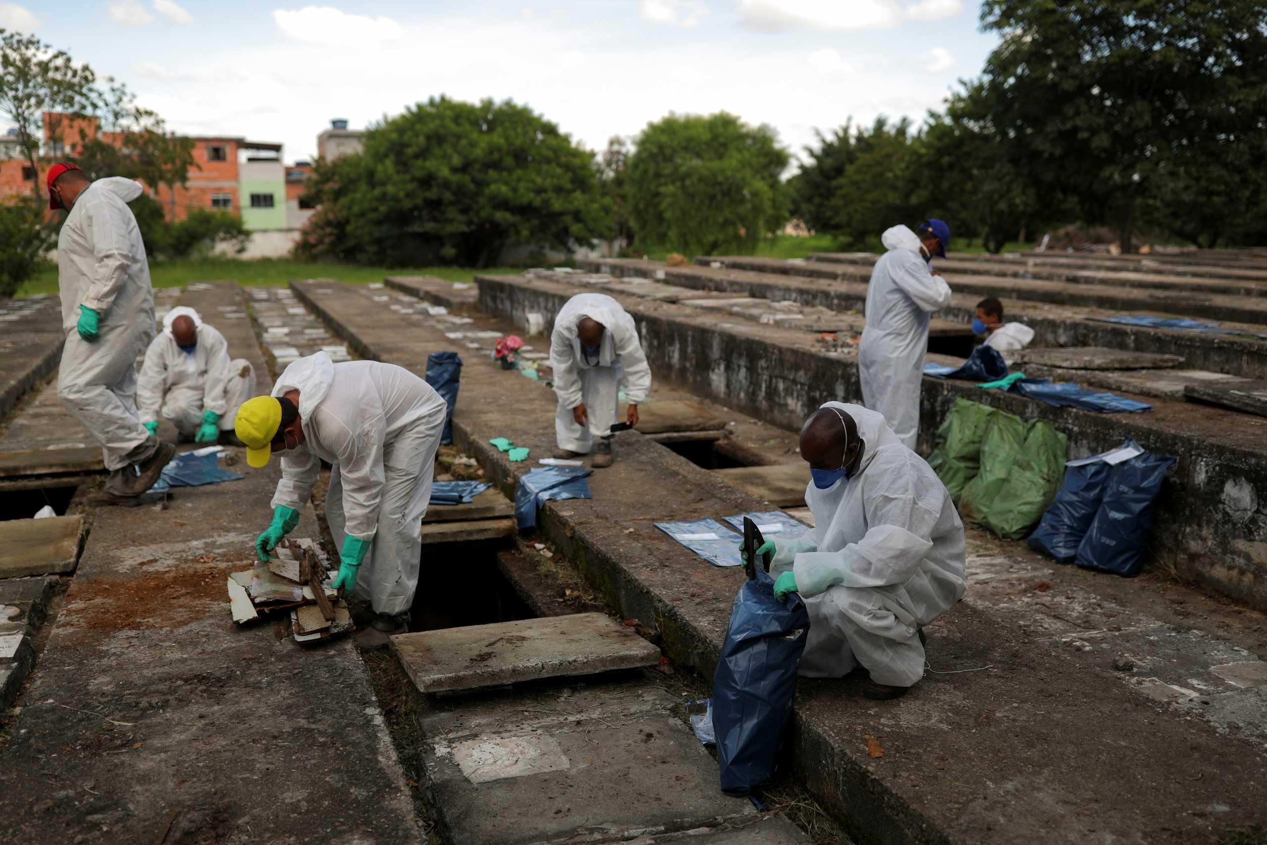Μακάβριες εικόνες στην Βραζιλία: Αδειάζουν τάφους για να χωρέσουν οι νεκροί από κορονοϊό (pics)