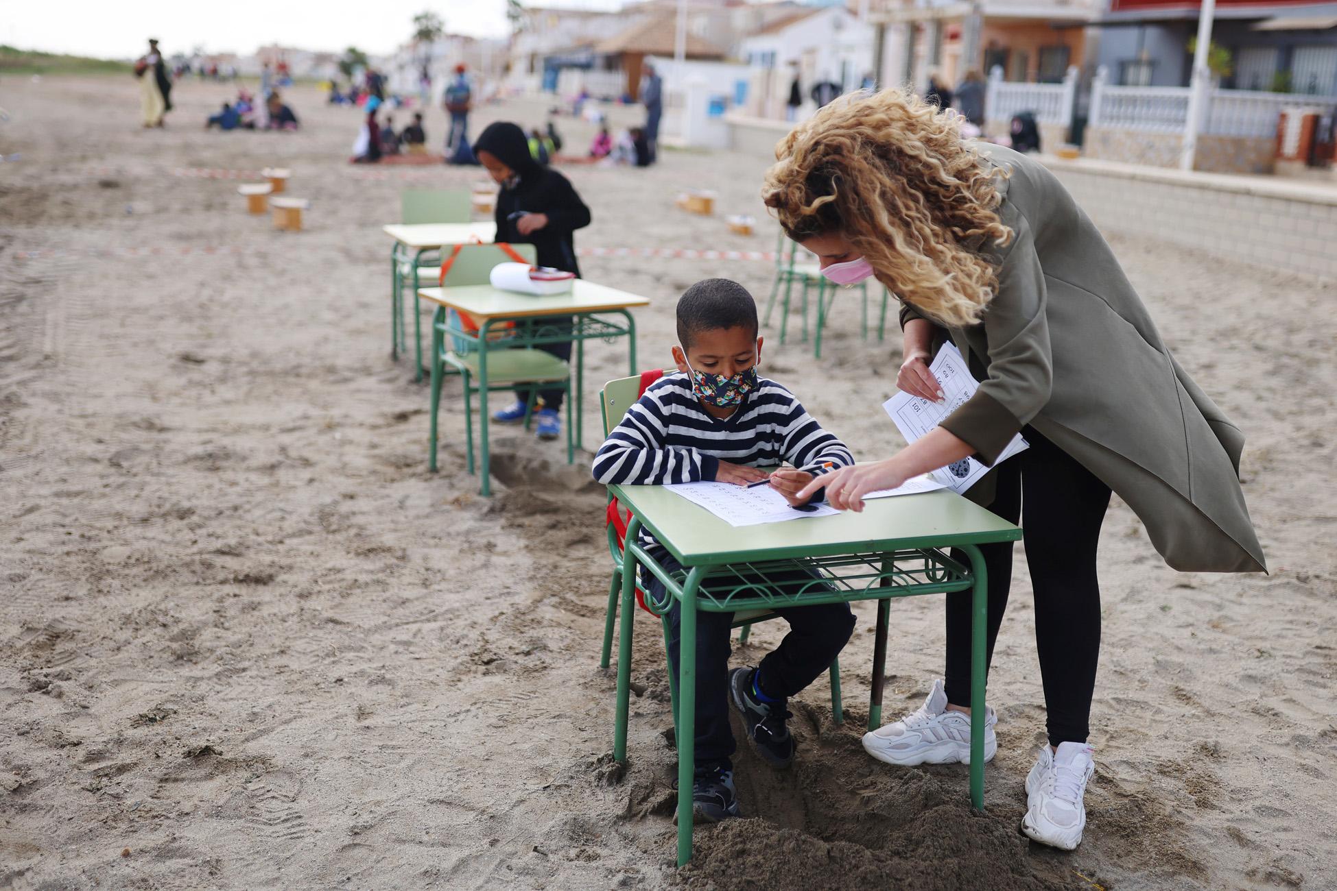 Ισπανία: Ένα σχολείο μεταφέρει τάξεις και μαθήματα στην παραλία