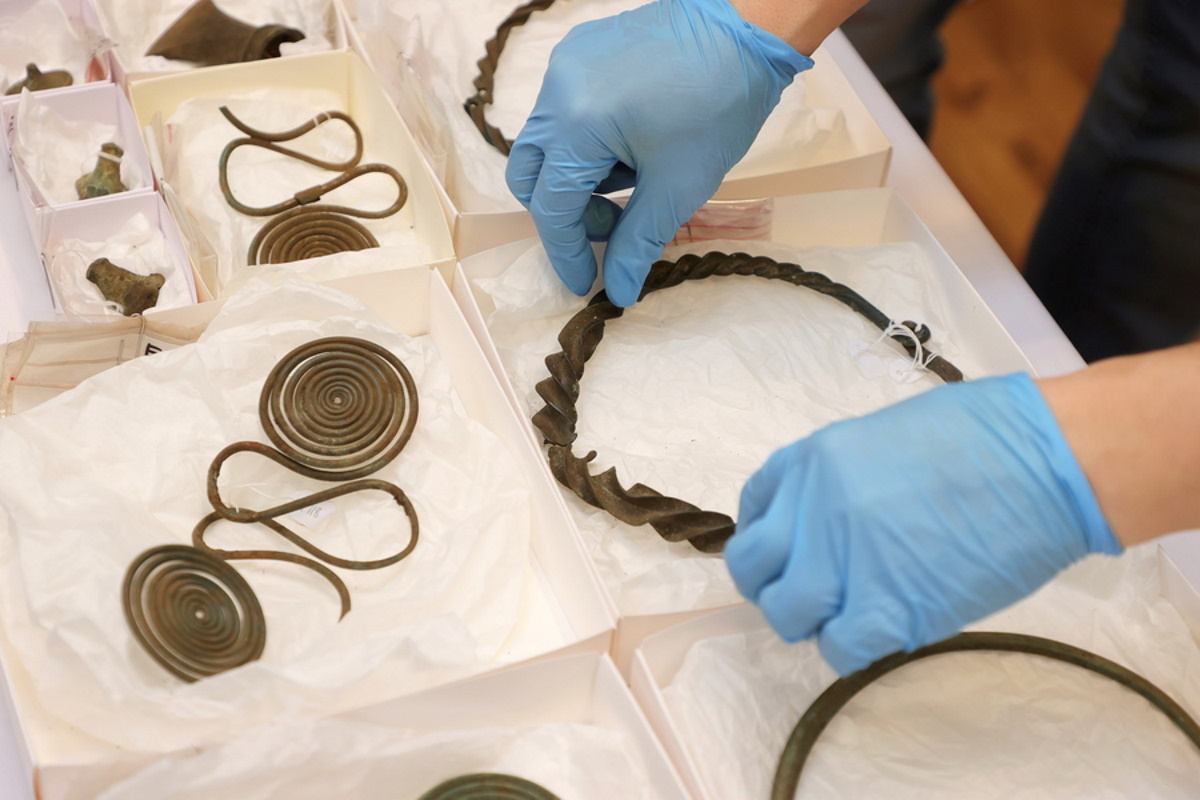 Σουηδία: Περιπατητής βρήκε τυχαία θησαυρό της Εποχής του Χαλκού (pics)