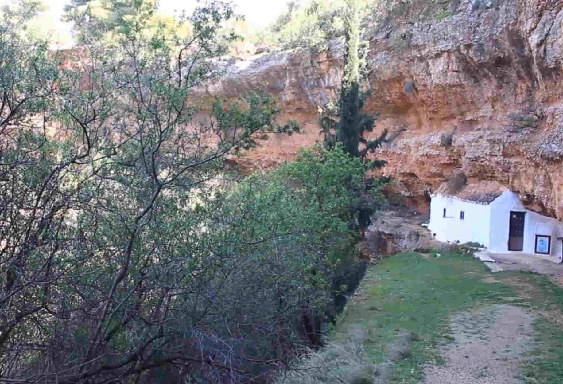 Η μικρή σπηλιά των Διδύμων και το εκκλησάκι που προκαλεί δέος