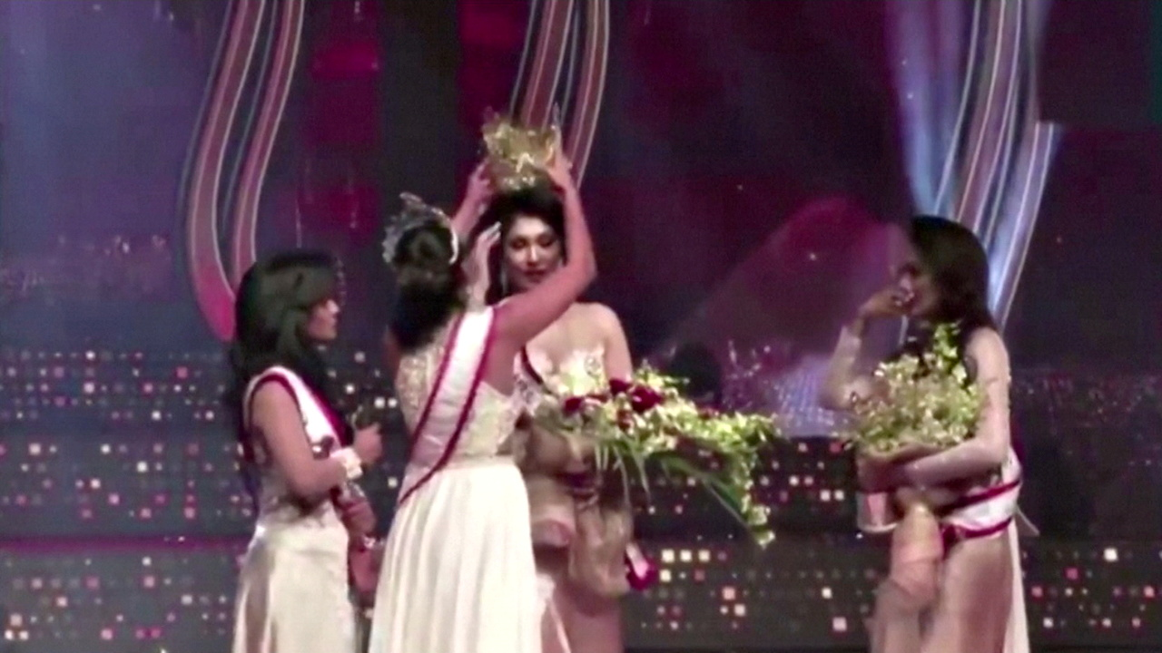 Σρι Λάνκα: Συλλήψεις για μαλλιοτράβηγμα σε καλλιστεία – Την τραυμάτισαν επί σκηνής όταν της πήραν το στέμμα (vid)