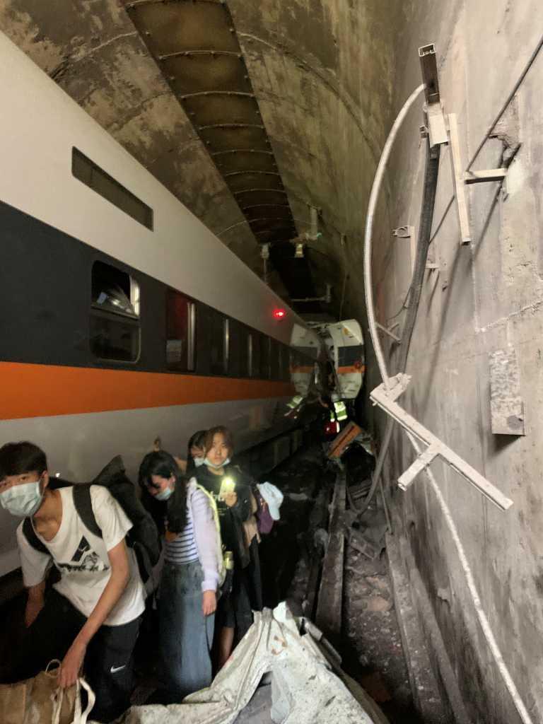 Σοκ στην Ταϊβάν! 36 νεκροί από τον εκτροχιασμό τρένου - Δεκάδες παραμένουν παγιδευμένοι (pics, video)