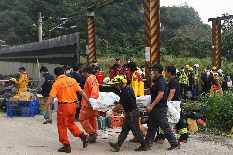 Ταϊβάν: 48 οι νεκροί από τον εκτροχιασμό τρένου – «Έπεφταν ο ένας πάνω στον άλλον» (pics, video)