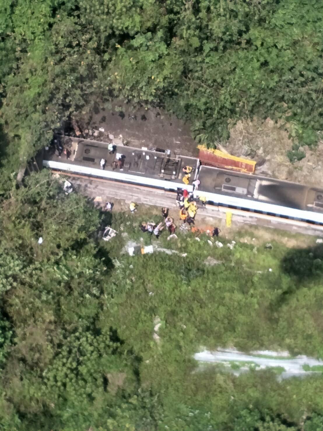Ταϊβάν: Ένταλμα σύλληψης για το πολύνεκρο δυστύχημα με τρένο (pics)