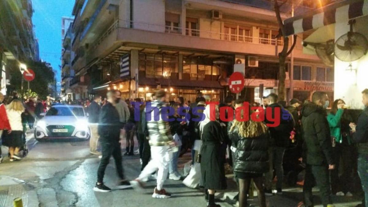 Θεσσαλονίκη: Συνωστισμός στο κέντρο για ένα ποτό στο χέρι – Στο σημείο η ΕΛ.ΑΣ. (pics, vid)
