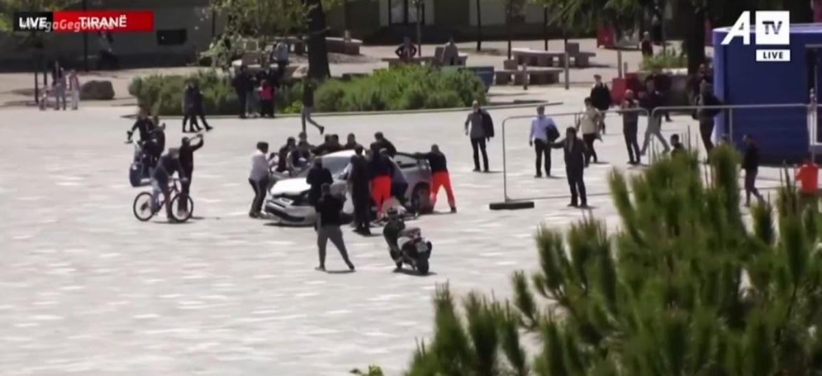 Εκλογές στην Αλβανία: Οδηγός έσπειρε τον τρόμο στην κεντρική πλατεία των Τιράνων (vid)