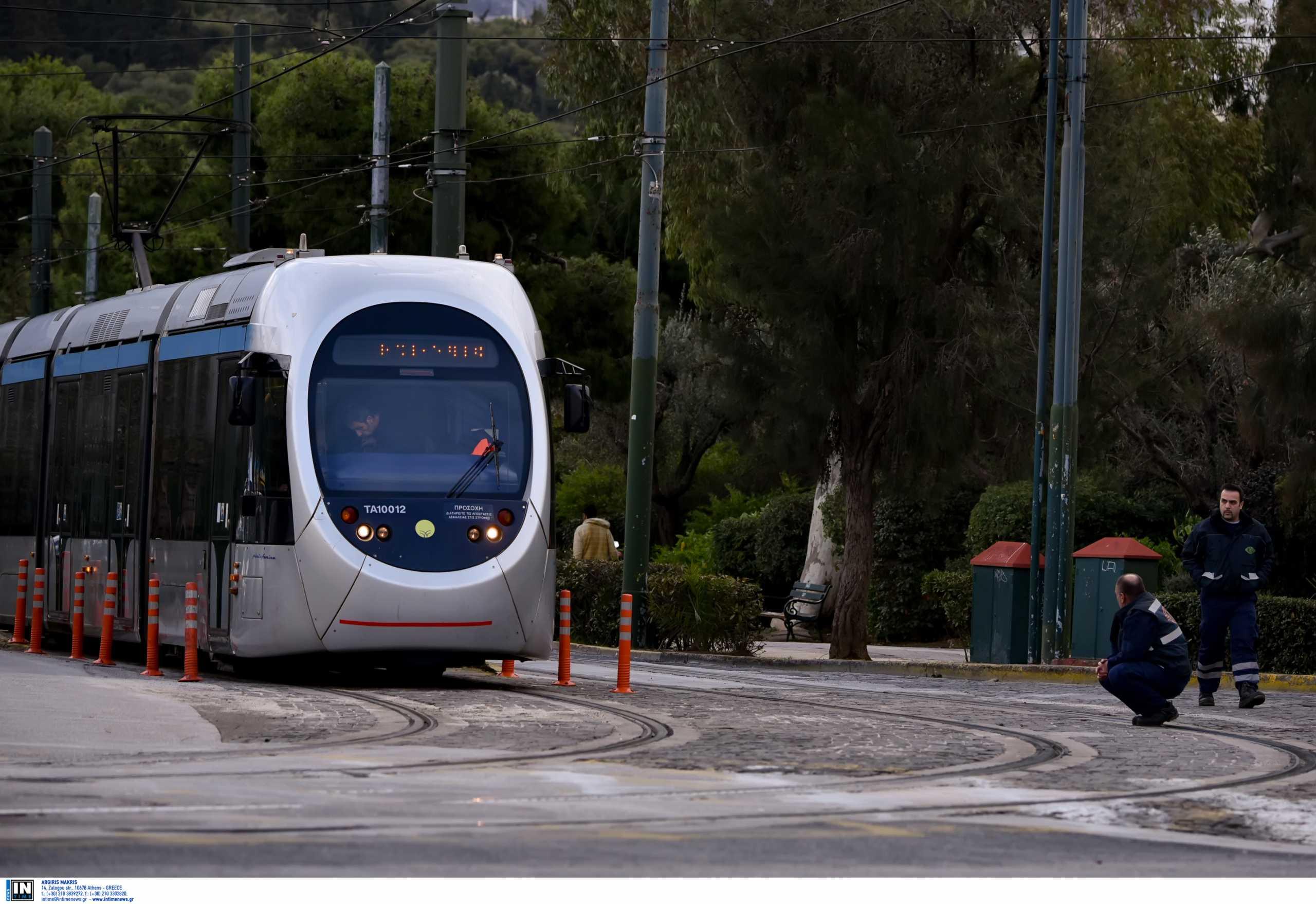 Σύγκρουση τραμ με ΙΧ στην Καλλιρόης: Απεγκλωβίστηκε ηλικιωμένος