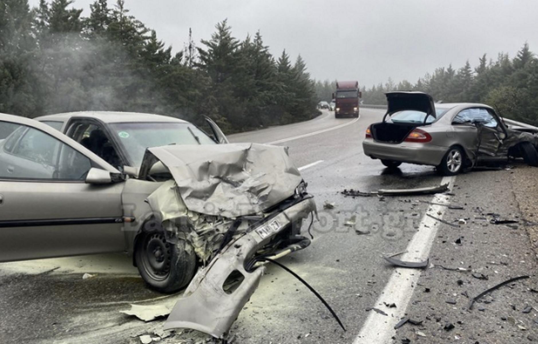 Φθιώτιδα: Τέσσερις τραυματίες σε σοκαριστικό τροχαίο – Σμπαράλια τα αυτοκίνητα (pics)