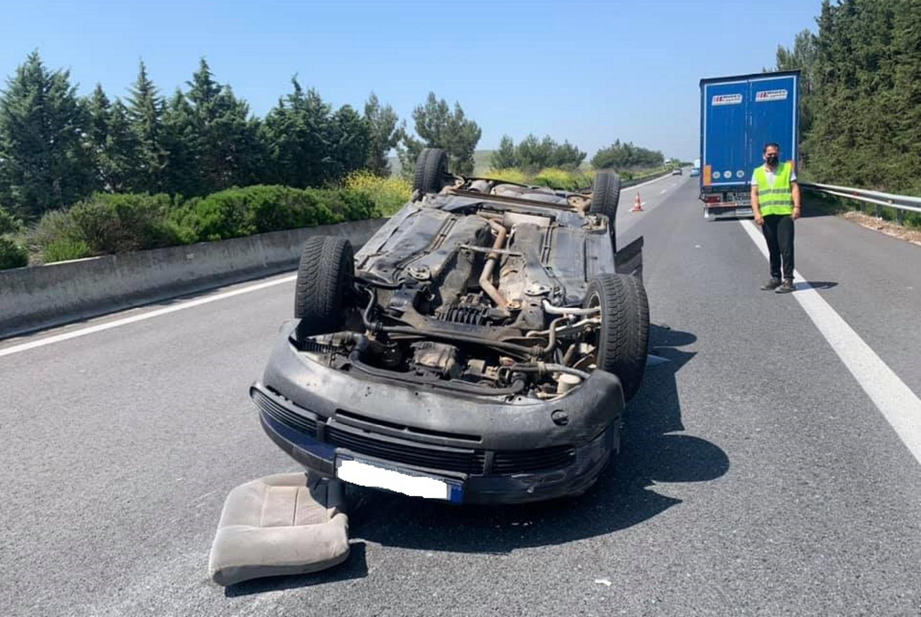 Λάρισα: «Τούμπαρε» αυτοκίνητο στην ΠΑΘΕ – Εικόνες που σοκάρουν