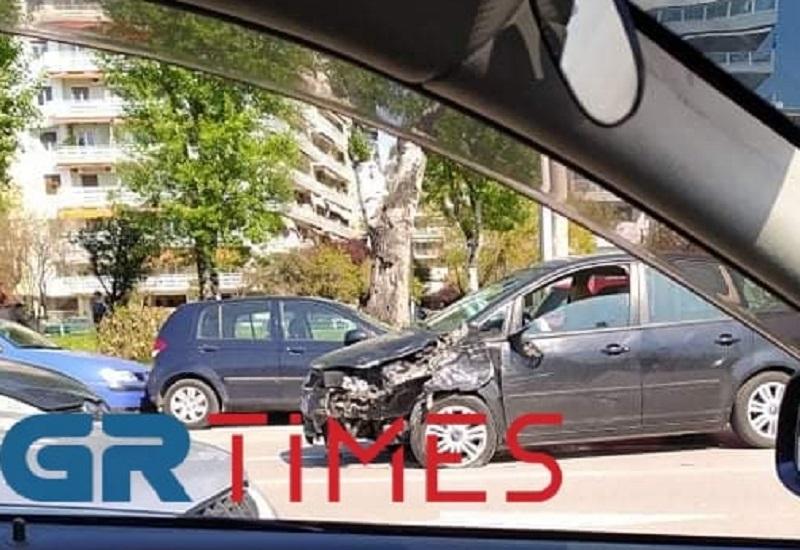Θεσσαλονίκη: Τροχαίο στην παραλιακή με δύο τραυματίες – Το αυτοκίνητο γύρισε αντίθετα στο ρεύμα (pics)