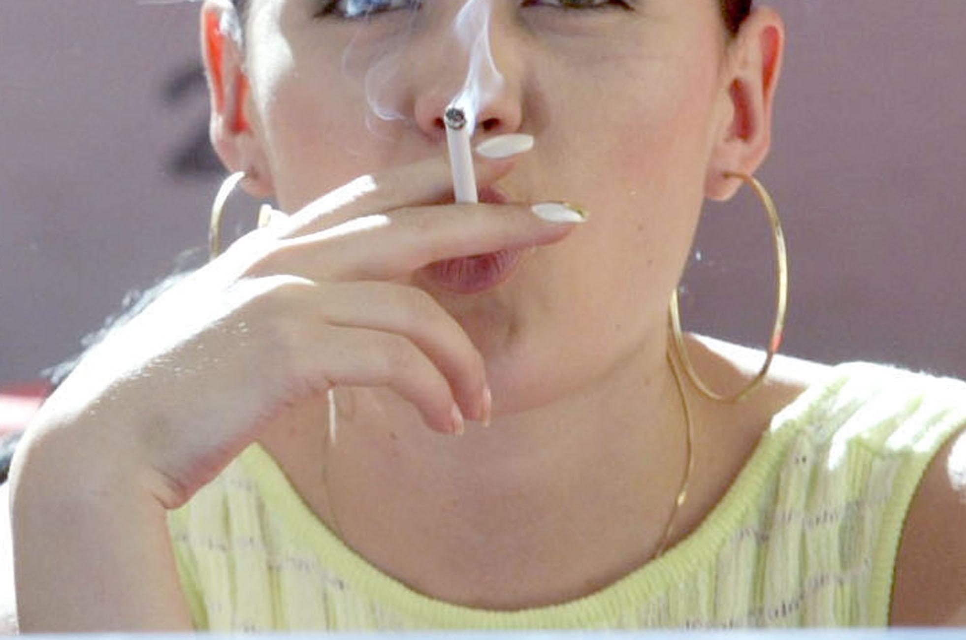 Οι Έλληνες καπνίζουν περισσότερο στοlockdown: Τι δείχνει έρευνα τηςMarc
