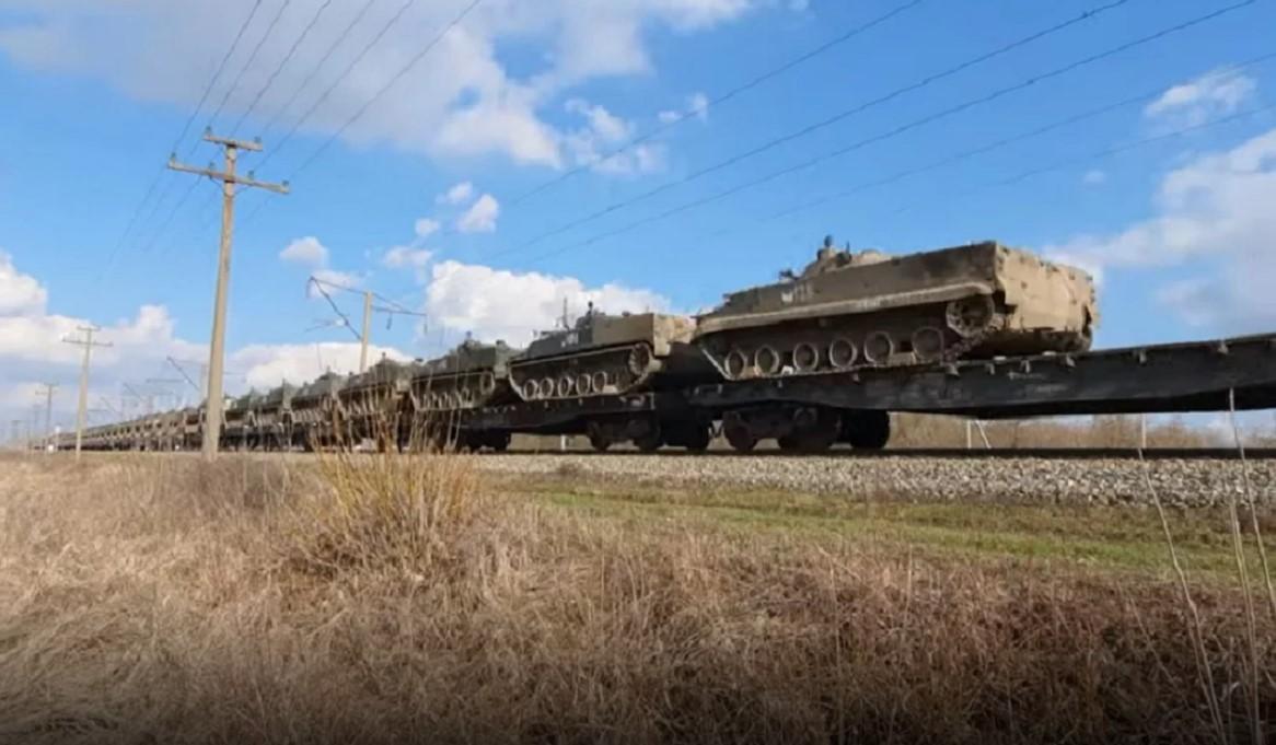 Συναγερμός στην Ουκρανία – Πλάνα αποκαλύπτουν μεγάλη συγκέντρωση στρατιωτικών δυνάμεων (pics,video)