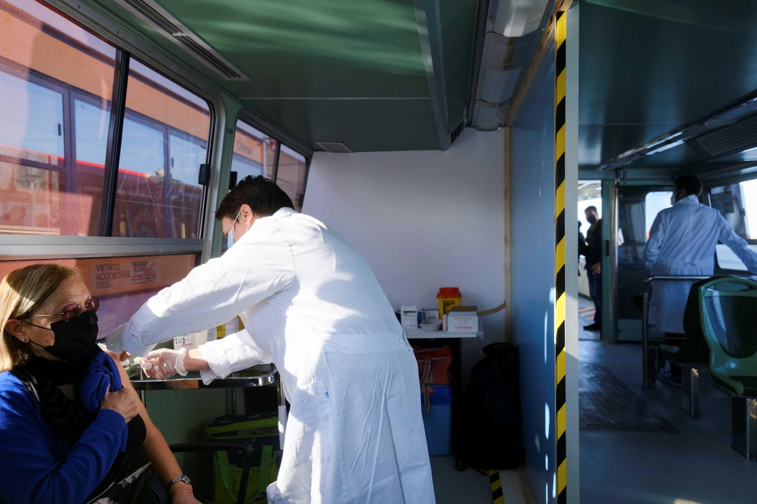 Κορονοϊός: Οι Ιταλοί θα μπορούν πλέον να εμβολιάζονται και στον χώρο εργασίας τους