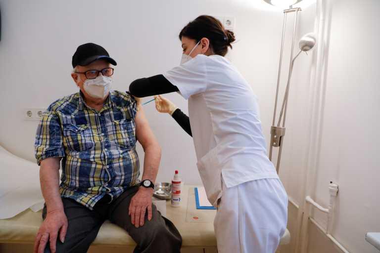 Κορονοϊός – CDC: 94% μικρότερο κίνδυνο νοσηλείας έχουν οι πλήρως εμβολιασμένοι άνω των 65 ετών