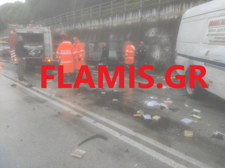 Πάτρα: Ένας νεκρός και τρεις τραυματίες σε τροχαίο – Διαλύθηκαν βανάκι και αυτοκίνητο (pics)