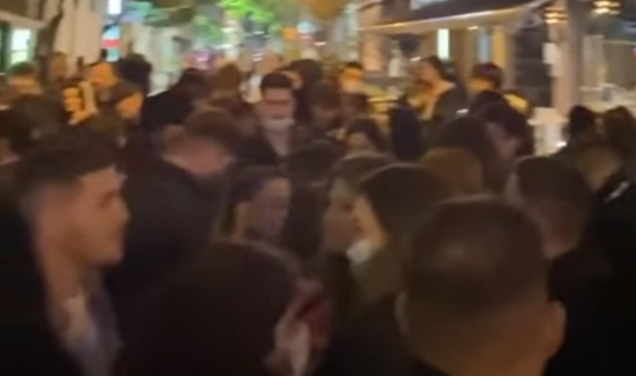 Βόλος: Απίστευτες εικόνες συνωστισμού στην πλατεία Αγίου Νικολάου (video)