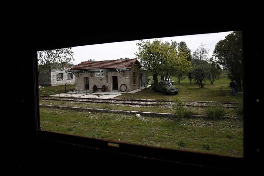 Πιερία: Ξεχασμένος σιδηροδρομικός σταθμός και 7 βαγόνια μετατρέπονται σε οικολογική τουριστική μονάδα (pics)