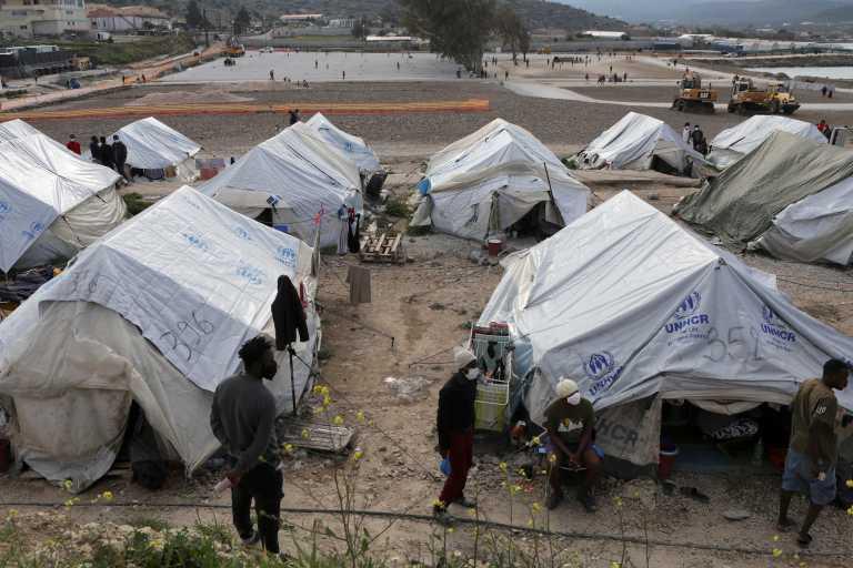 Επίτροπος ΕΕ για Τουρκία: Να ξεκινήσει τις επιστροφές μεταναστών από την Ελλάδα