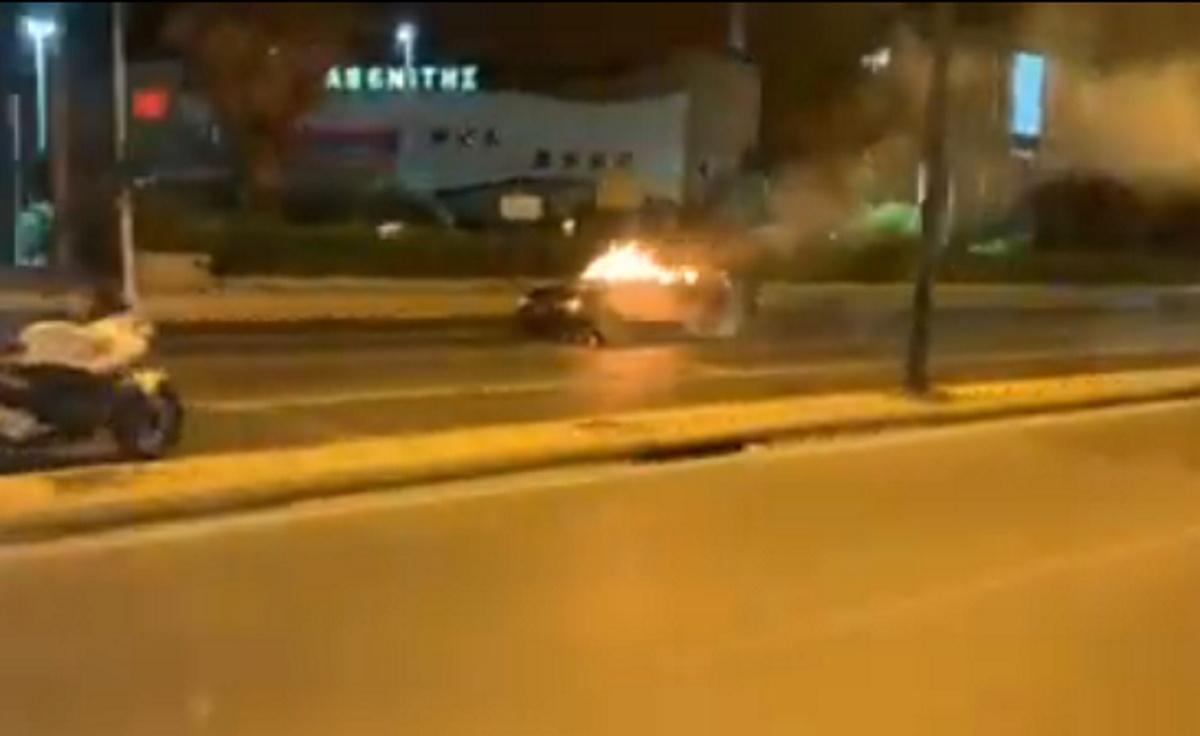 Λαμπάδιασε αυτοκίνητο στη Λ. Βουλιαγμένης – Διακόπηκε η κυκλοφορία (video)