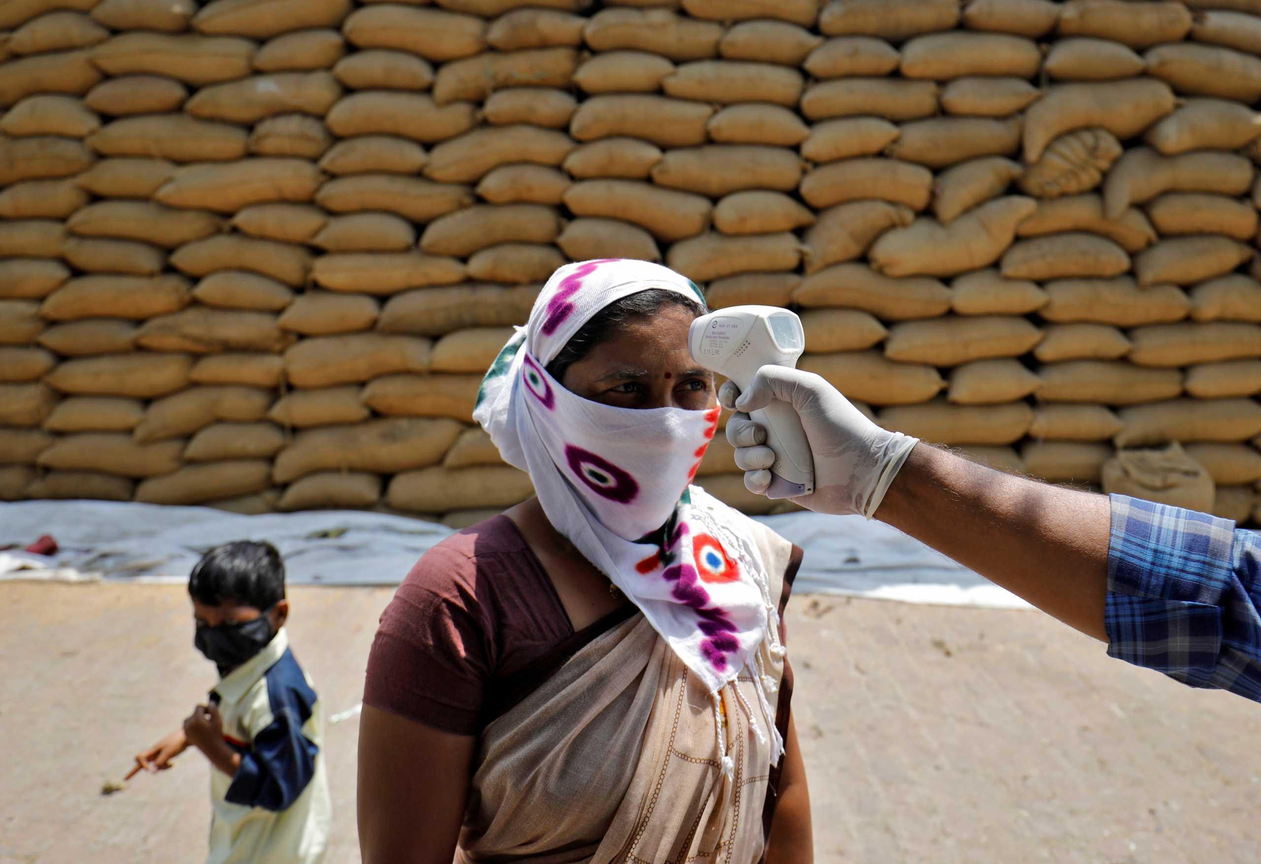 Απανωτά τα χτυπήματα στην Ινδία: Μετά τον κορονοϊό έρχεται κυκλώνας