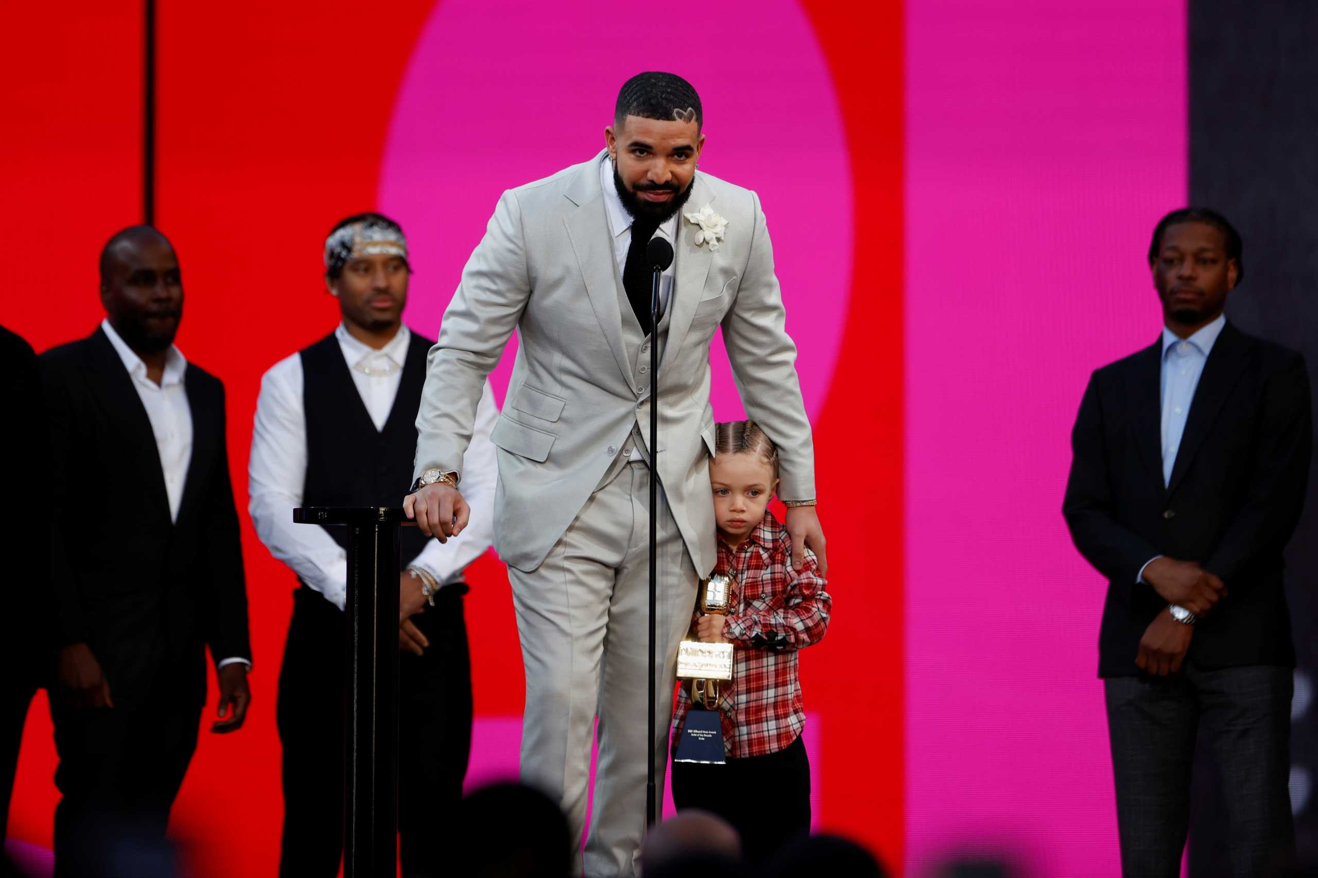 Δείτε το κοινό που έχει ο Καναδός ράπερ Drake με την Βασίλισσα Ελισάβετ
