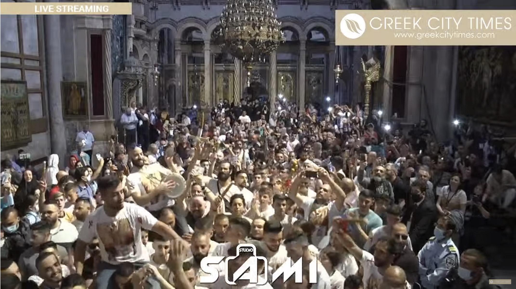 Ιερουσαλήμ: Τελετή αφής του Αγίου Φωτός – Πλήθος πιστών χορεύει και ψέλνει χωρίς μάσκες και αποστάσεις (video)