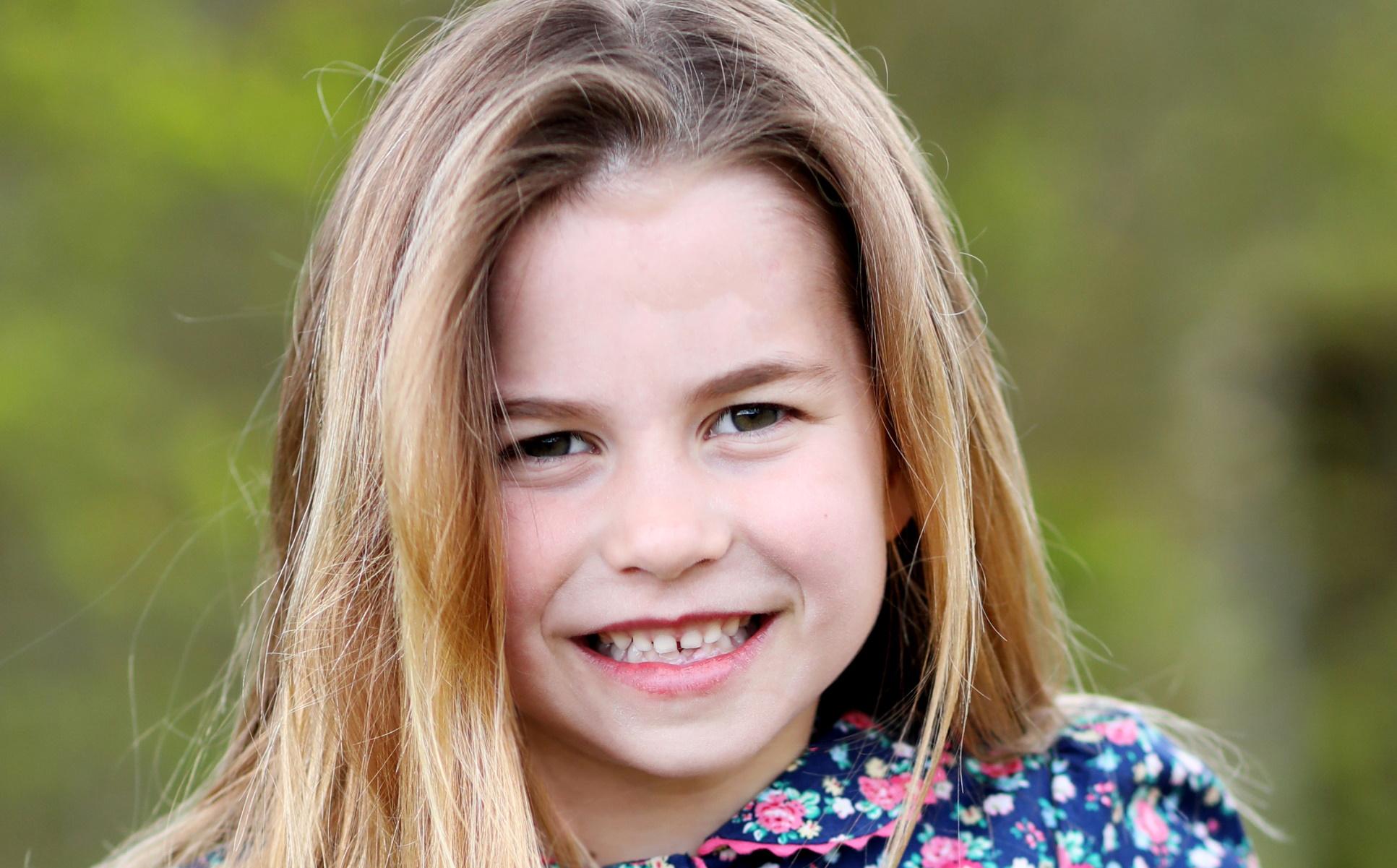 Η πριγκίπισσα Σάρλοτ έγινε 6 ετών και ποζάρει λαμπερή και χαμογελαστή (pics)