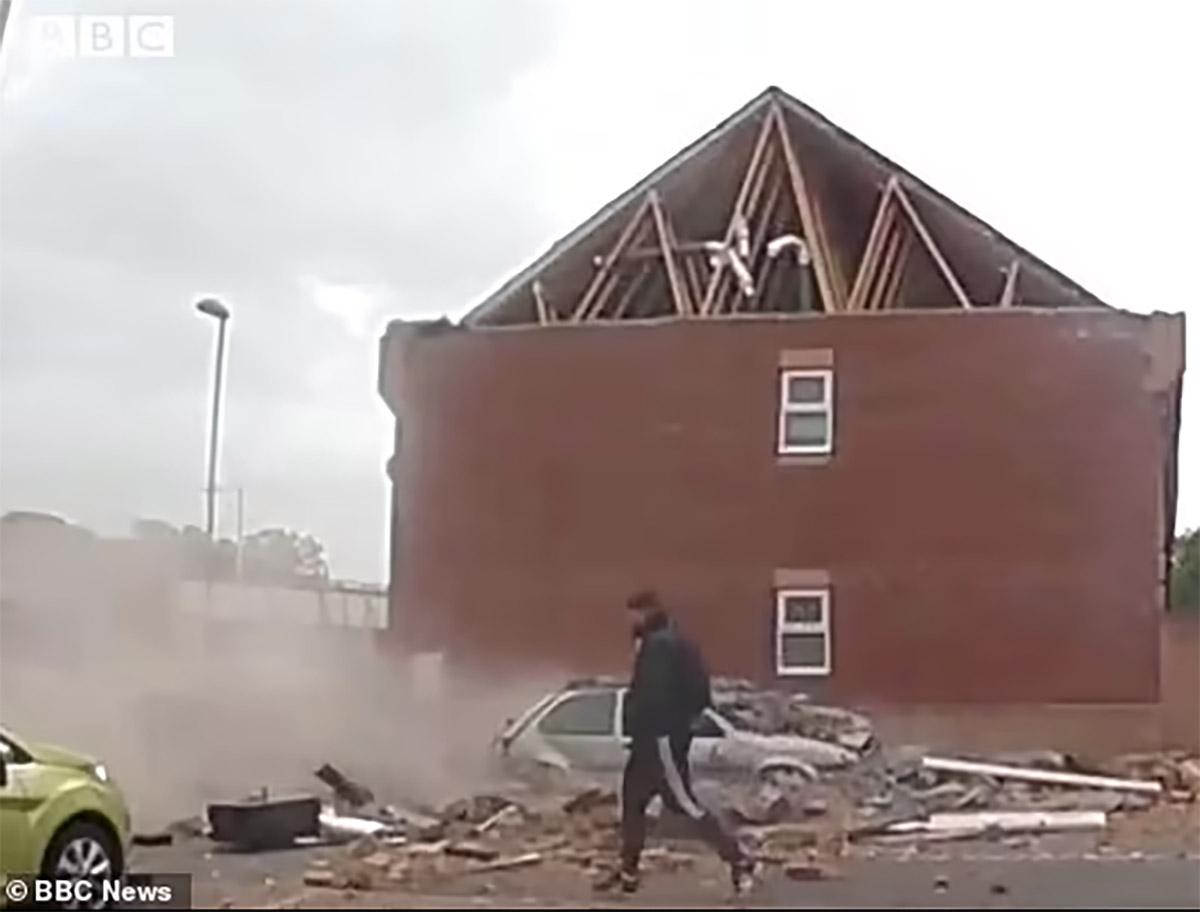 Κόντεψε να τον πλακώσει η στέγη ενός σπιτιού αλλά εκείνος ατάραχος! (vid)