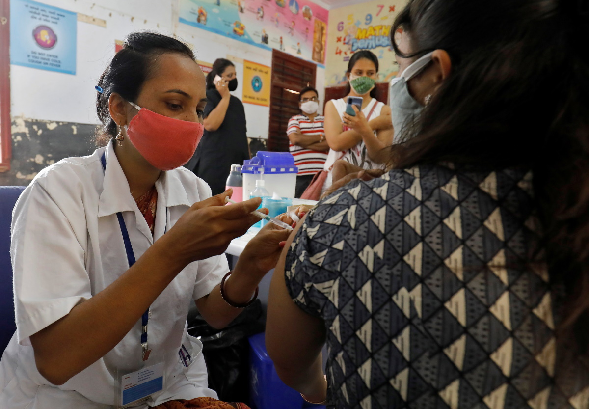 Ινδία: Ξεκινά εσπευσμένα και μετ' εμποδίων εκστρατεία εμβολιασμού 600 εκατομμυρίων πολιτών