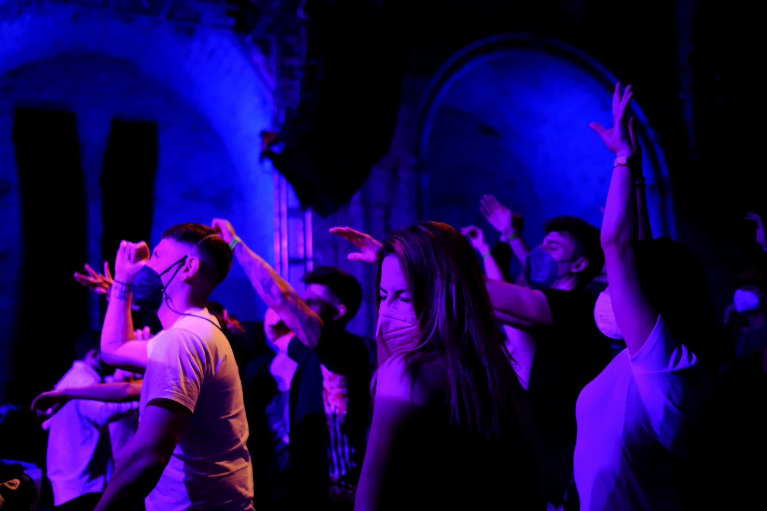 Σταματάνε τα πάρτυ στο beach bar της παραλιακής με τα 100 κρούσματα κορονοϊού