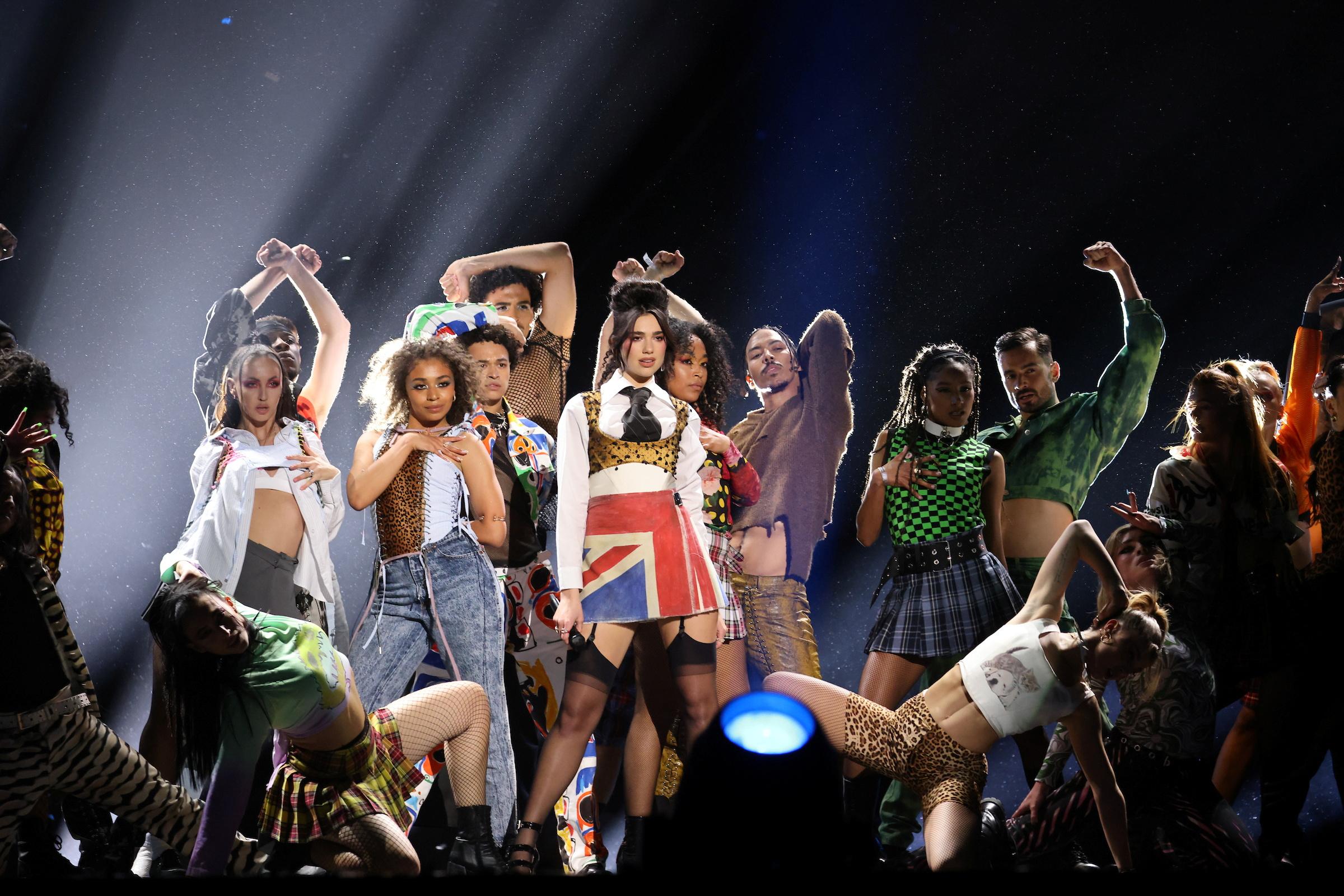 BRIT Awards 2021: Οι μεγάλοι νικητές και οι εμφανίσεις που «έκλεψαν» τις εντυπώσεις (pics, vids)