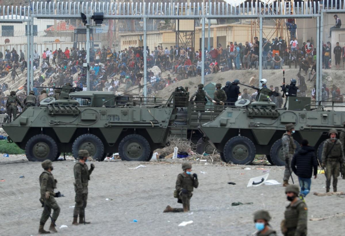 Συναγερμός στην Ισπανία: Χιλιάδες μετανάστες εισέβαλαν από το Μαρόκο – Σπεύδει επί τόπου ο Σάντσεθ