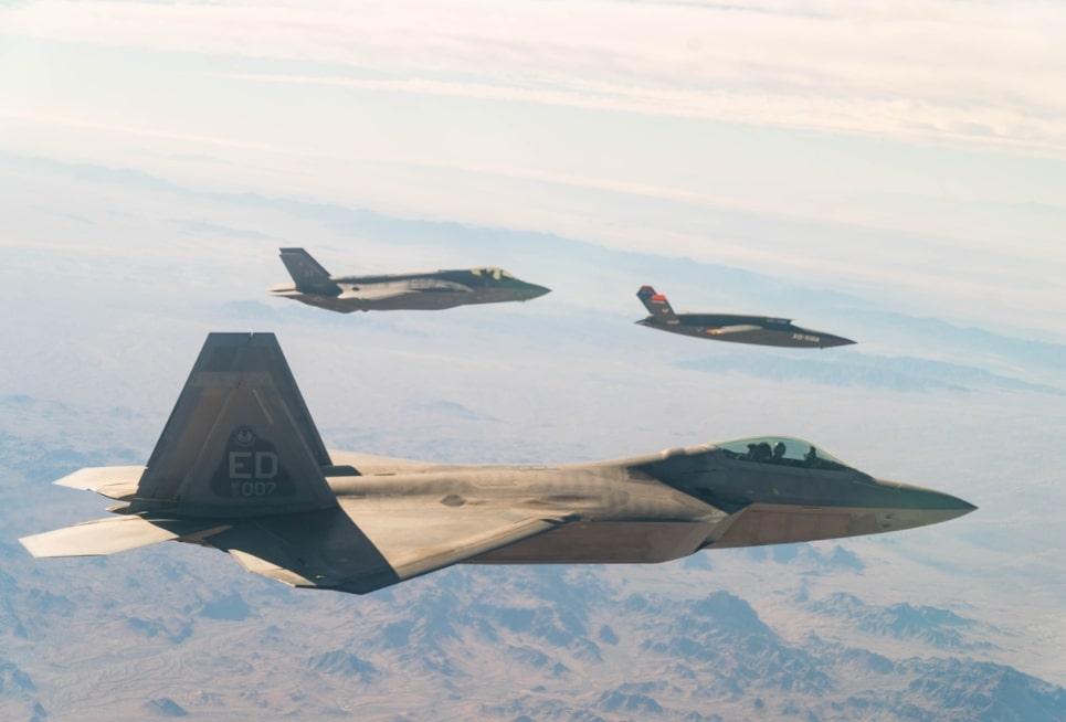 Απίστευτη πρωτοτυπία: Τα stealth μαχητικά F-35 και F-22 θα μιλάνε μέσω τρίτου… αεροσκάφους!