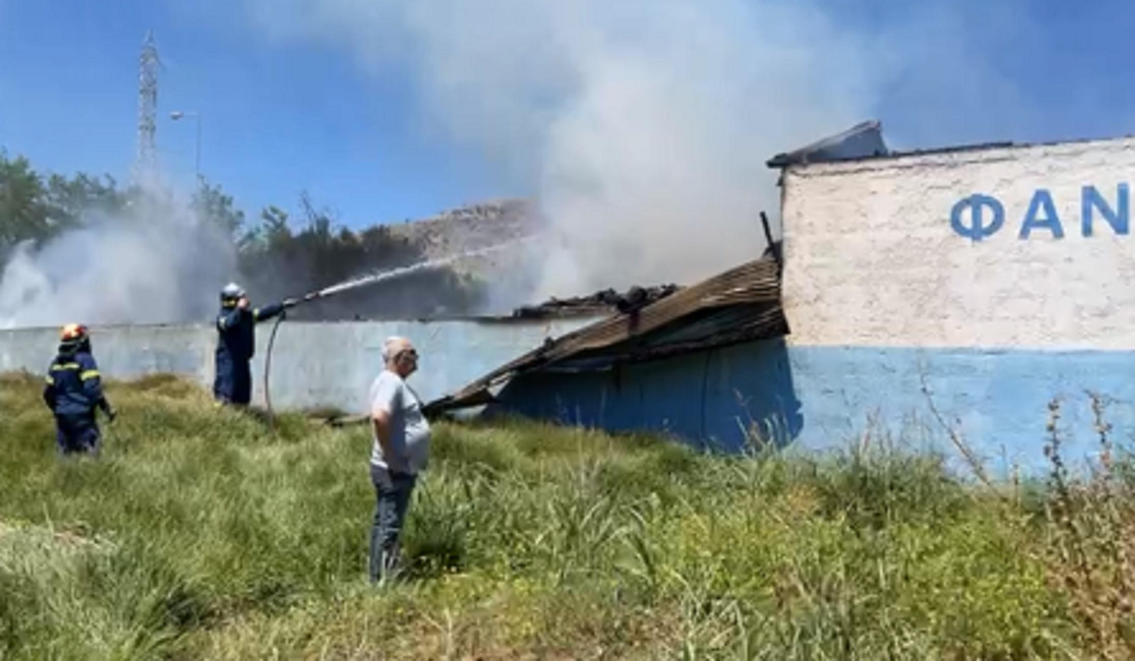 Ηράκλειο: Συναγερμός για μεγάλη φωτιά που ξεκίνησε από ξυλουργείο – Επί τόπου πυροσβέστες (video)