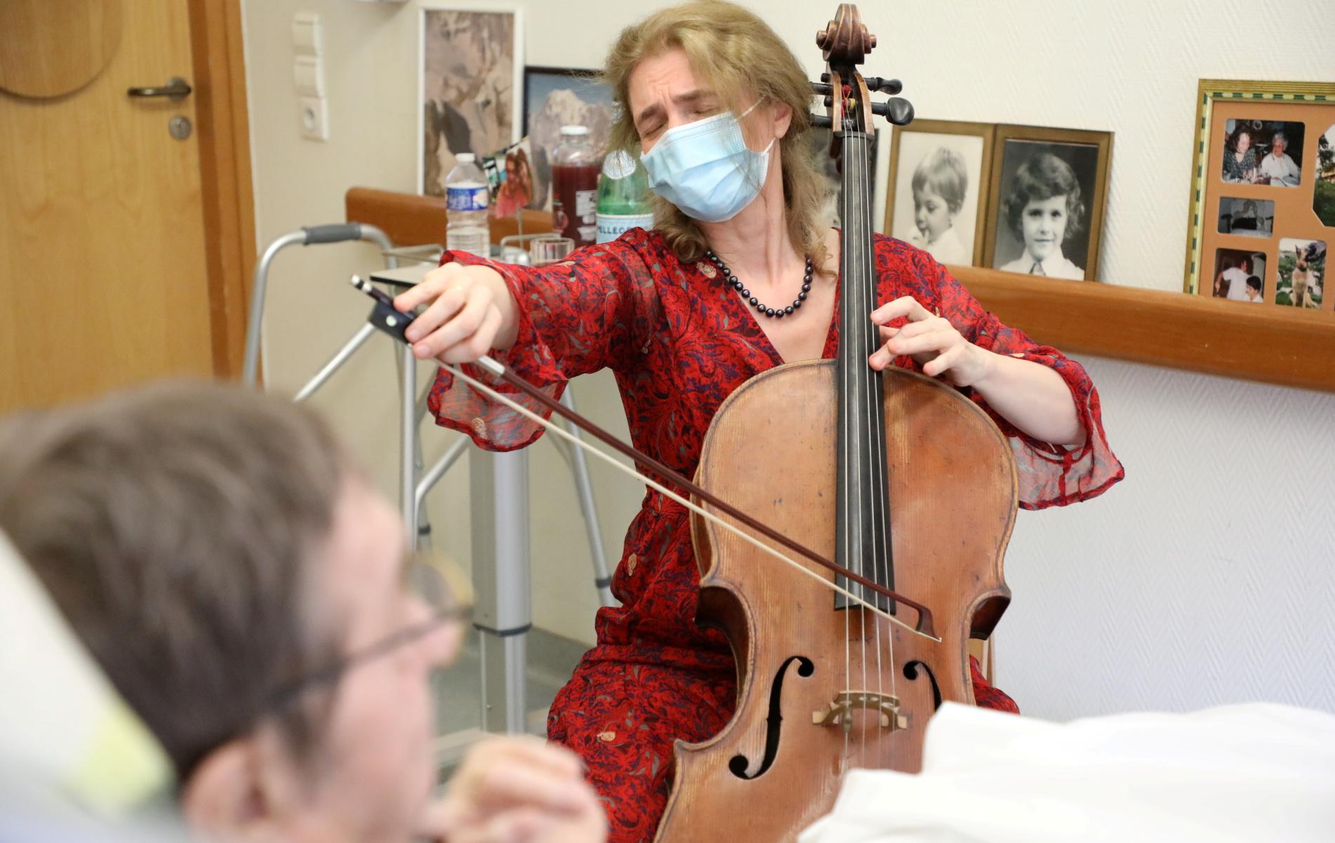 Παρίσι: Παίζει τσέλο για να απαλύνει τον πόνο ασθενών τελικού σταδίου (pics, vid)