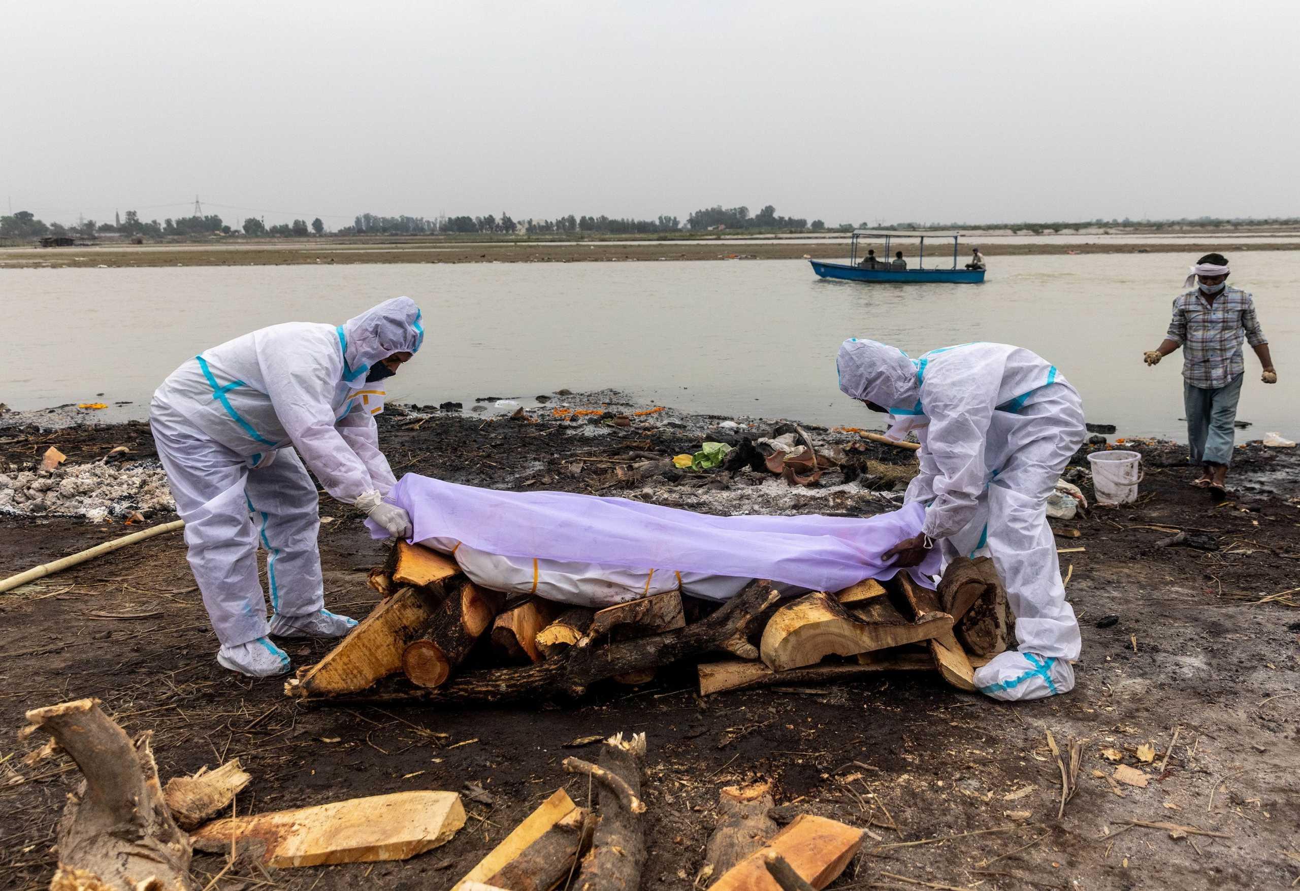 Ινδία: Δίχτυ στον Γάγγη μετά τον εντοπισμό δεκάδων πτωμάτων – Έως και 70% περισσότεροι οι θάνατοι από κορονοϊό
