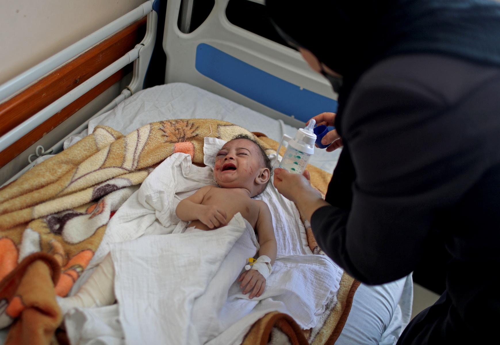 Γάζα: Μωράκι ανασύρθηκε ζωντανό δίπλα από τη σορό της νεκρής μητέρας του (pics, vid)