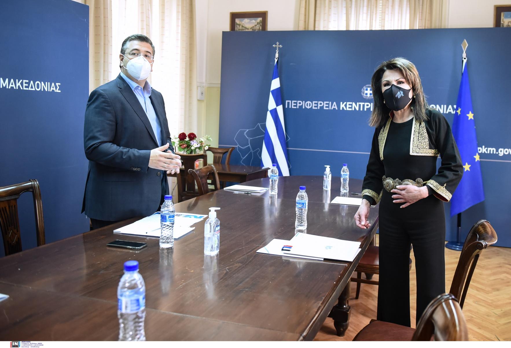 Γιάννα Αγγελοπούλου: Με παραδοσιακό γιλέκο και πόρπη Μακεδονίας στον Τζιτζικώστα μονοπώλησε τα φλας (pics, vid)