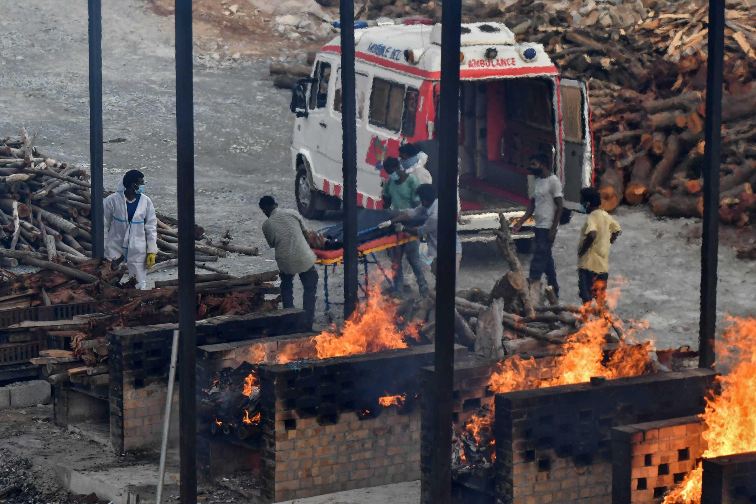Ινδία: Νέοι σοκαριστικοί αριθμοί – 3.890 θάνατοι από κορονοϊό και 326.098 κρούσματα το τελευταίο 24ωρο