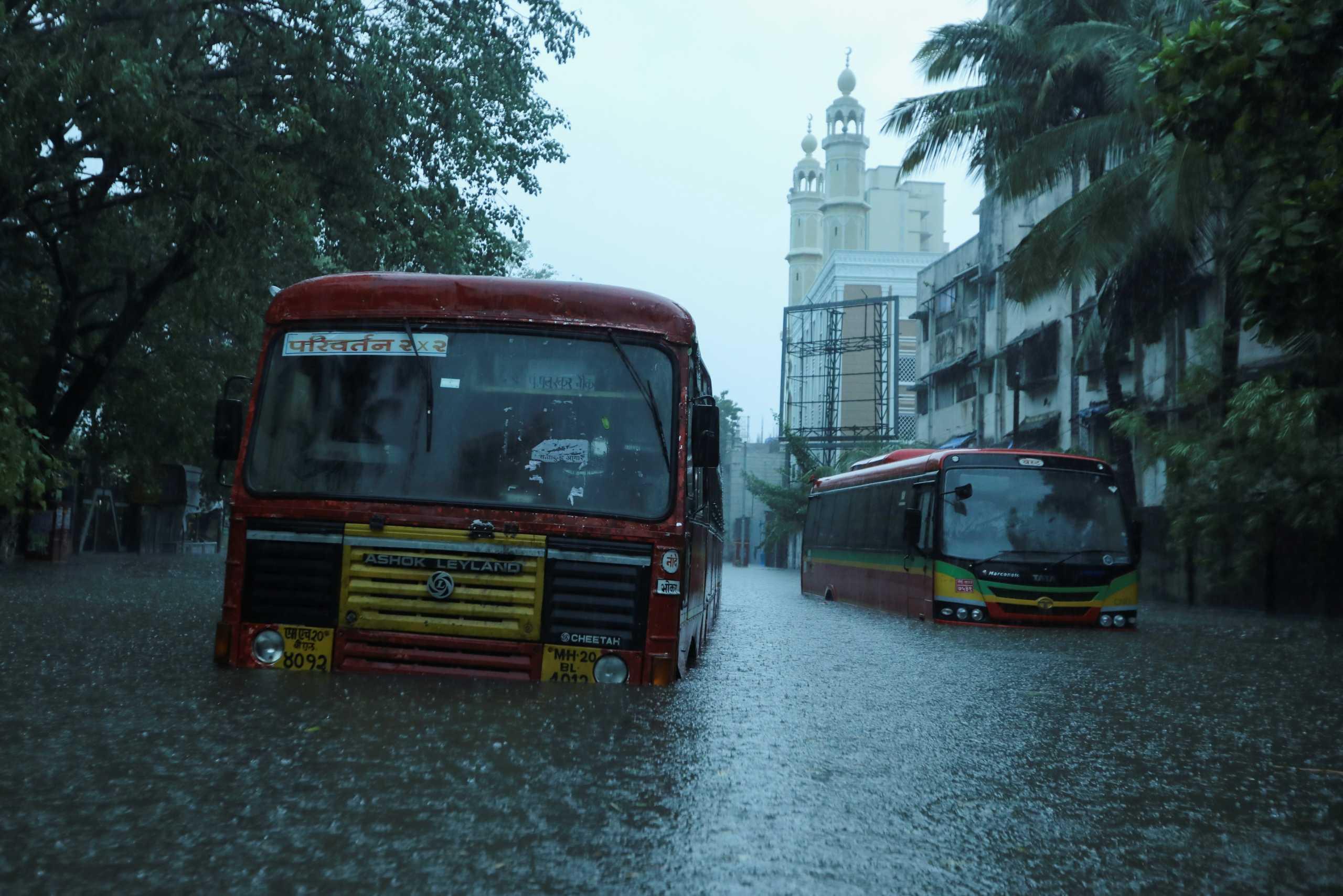 Ο κυκλώνας Ταουκτάε σαρώνει την Ινδία: 150.000 άνθρωποι εγκατέλειψαν τα σπίτια τους (pics, vid)
