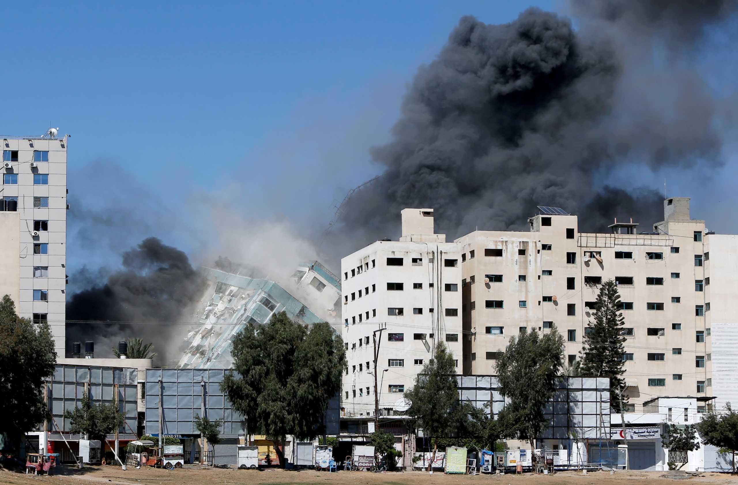 Γάζα: Κατέρρευσε από ισραηλινό βομβαρδισμό πολυόροφο κτίριο που στεγάζει το AP και το Al Jazeera
