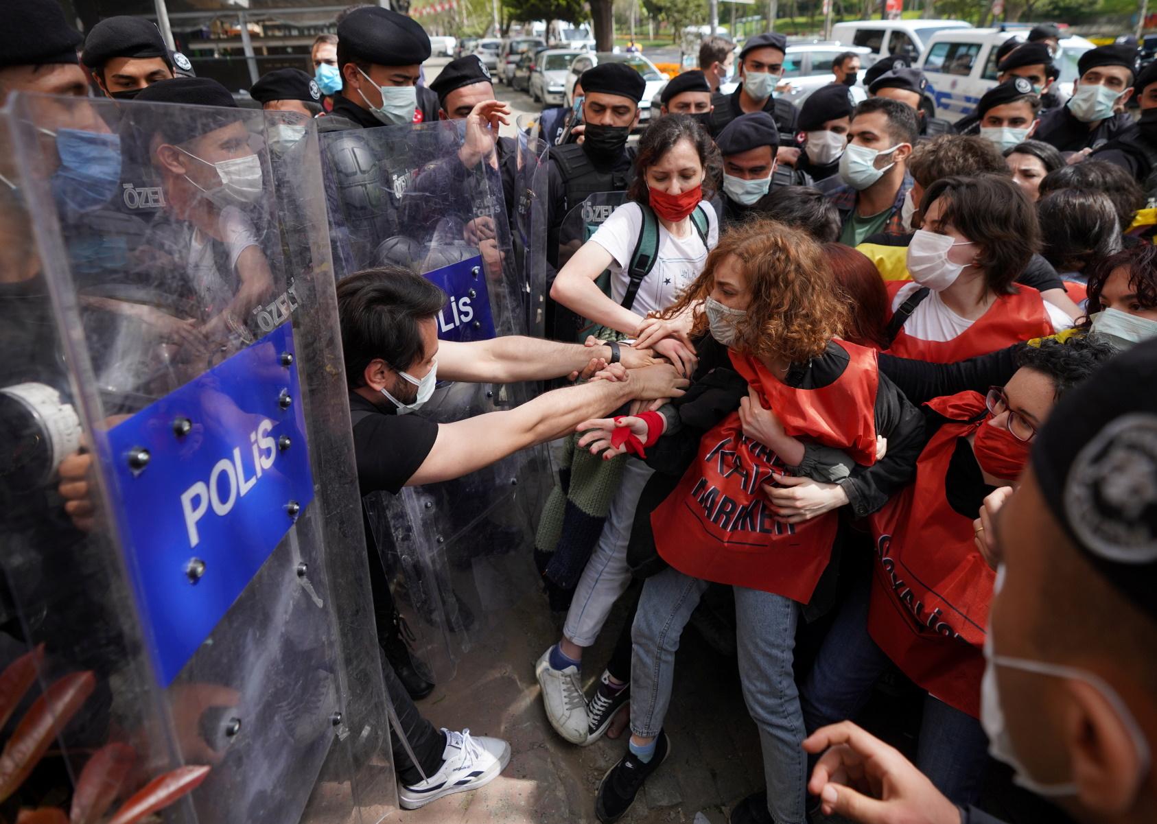 Τουρκία: Βία και καταστολή – Εκατοντάδες συλλήψεις διαδηλωτών για την Εργατική Πρωτομαγιά (pics)