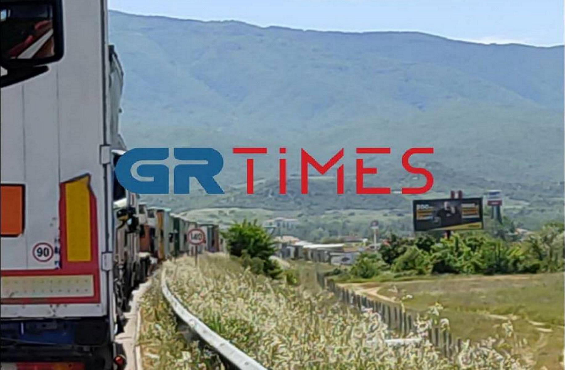 Ουρές χιλιομέτρων στον Προμαχώνα – «Ένας υπάλληλος για  εκατοντάδες φορτηγά» (pics, vid)
