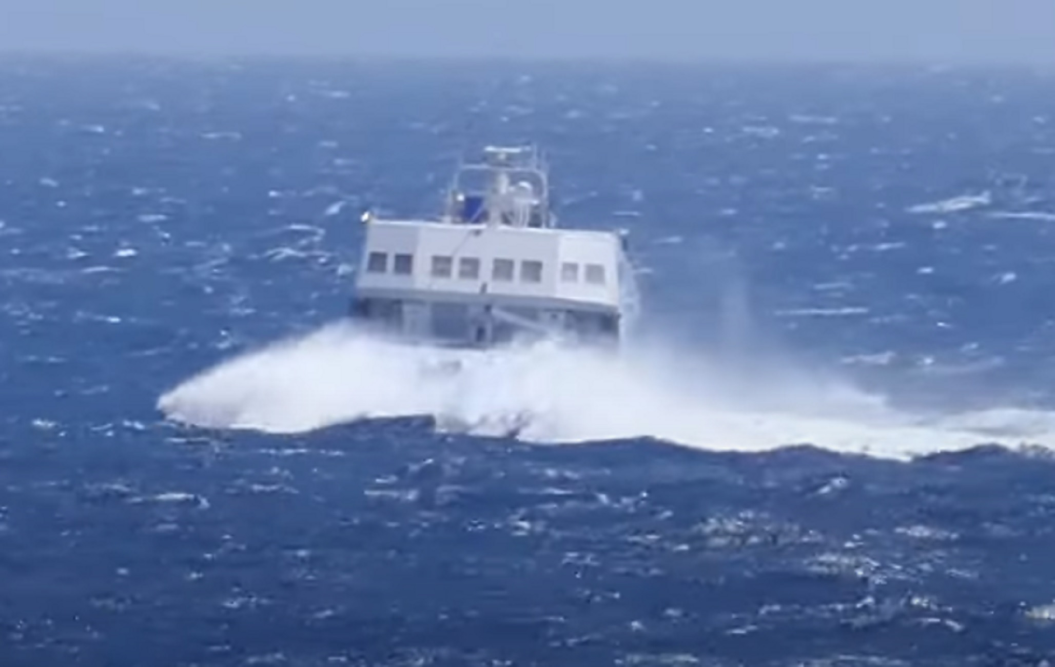 Φολέγανδρος: Δαμάζει τα κύματα και συνεχίζει – Καθηλώνουν οι εικόνες με το Seajet 2 (video)